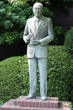 二代目社長、佐治敬三さんの銅像