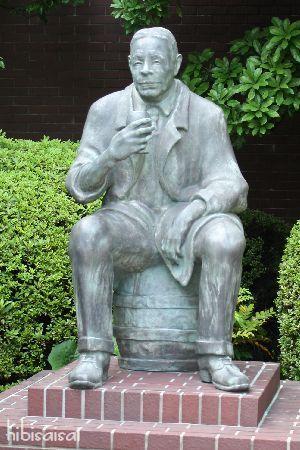 初代社長、鳥井信治郎さんの銅像